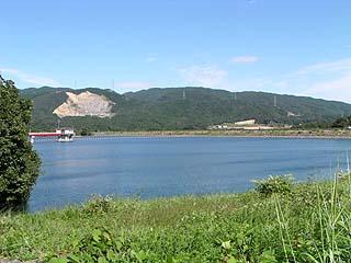 右岸よりダム湖を望む